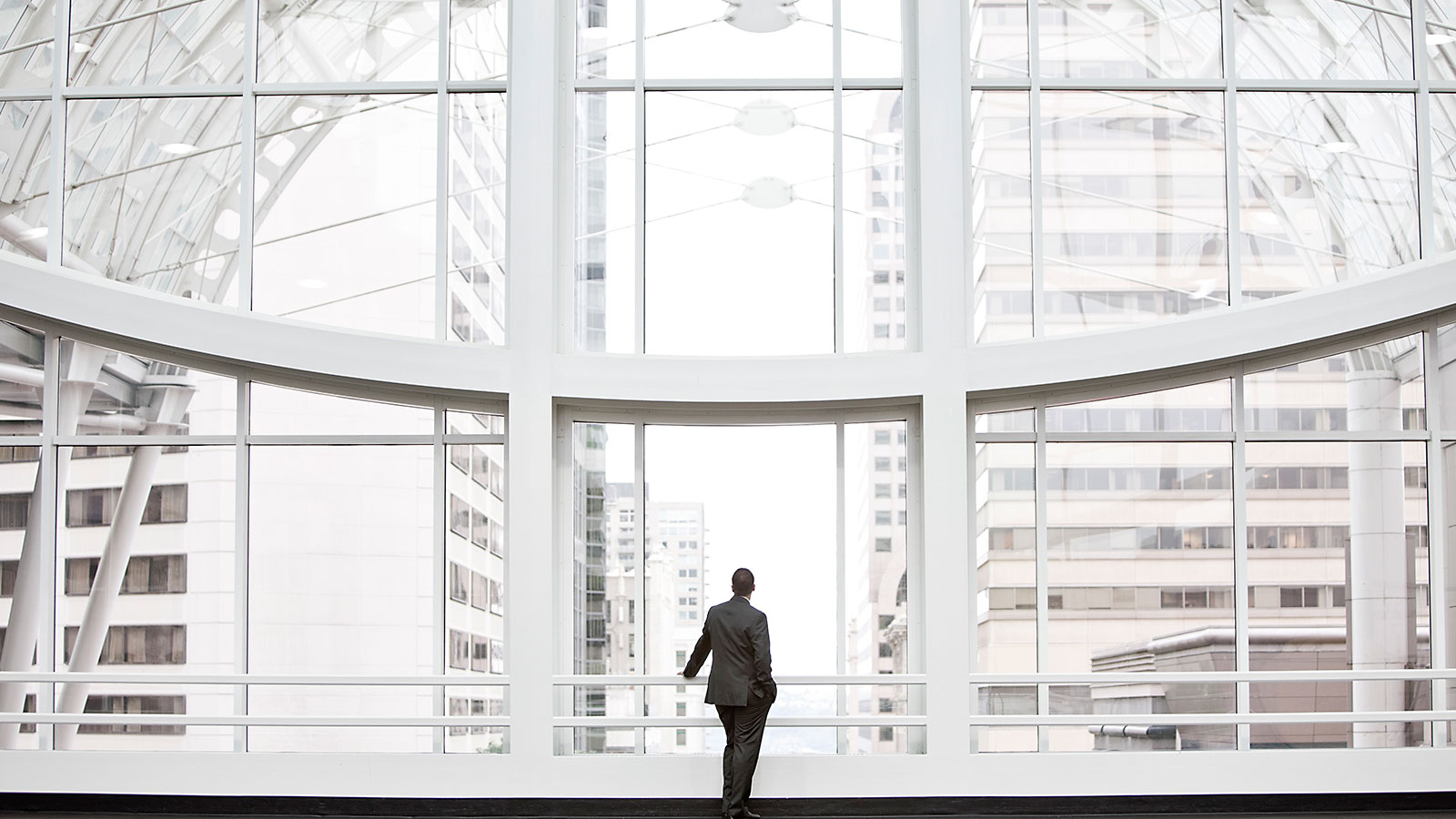 Person står og nyter utsikten i et finansdistrikt