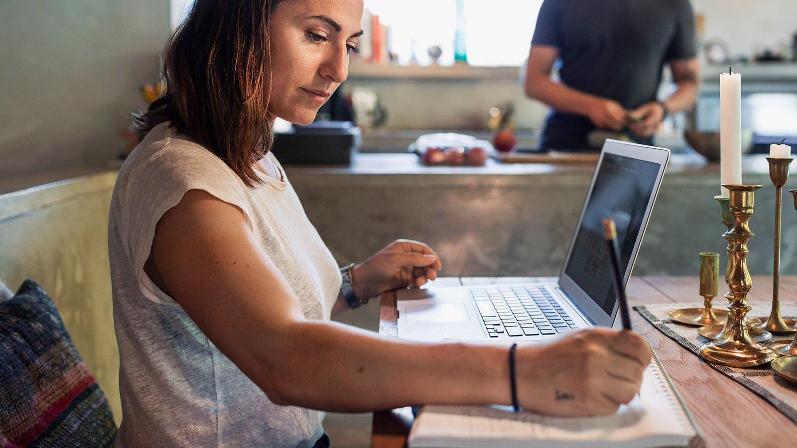 Kvinnelig arbeidstaker på hjemmekontor